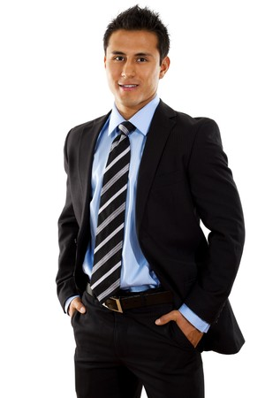 Stock Bild der hispanic Geschäftsmann stehend mit Händen in Taschen über weißen Hintergrund