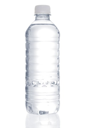 botella de plastico: Imagen stock de botellas de agua purificada sobre fondo blanco  Foto de archivo