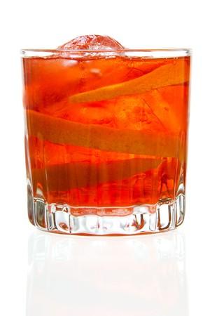 Bild des Negroni cocktail gegenüber dem weißen Hintergrund hat. Finden Sie weitere cocktail und vorbereiteten Getränke Bilder auf meinem Portfolio. Standard-Bild - 7294441