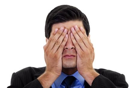 Stock imagen de hombre de negocios que abarcan sus ojos con sus manos, sobre fondo blanco  Foto de archivo