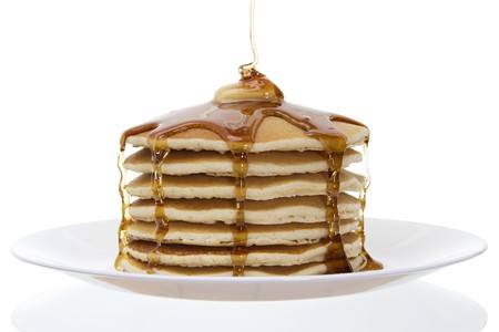 Bild des Stack of Pancakes mit Butter und Sirup over white background