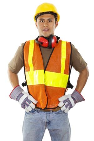 自信を持って分離に白い背景に立っている男性の建設労働者