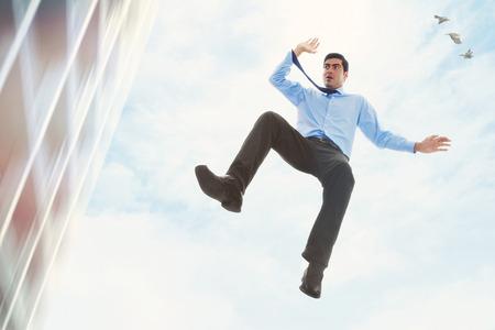 hombre cayendo: Imagen de hombre de negocios que cae de un edificio
