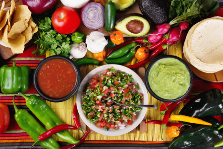 Stock beeld van traditionele Mexicaanse gerechten salsa's en ingrediënten Stockfoto