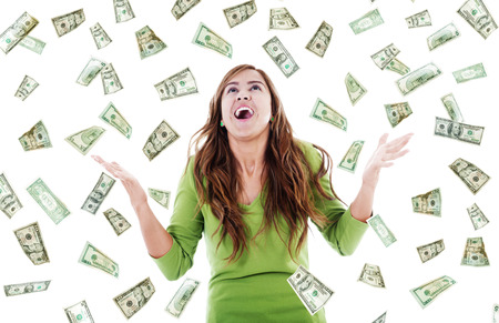 Bild ekstatischer Frau versucht, fallendes Geld zu fangen