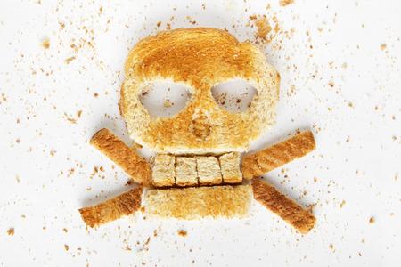 Voorraad afbeelding van brood en gekruiste knekels met kruimels op witte achtergrond Stockfoto