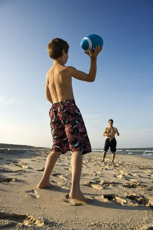 preteen boy: Du Caucase pr�-adolescent gar�on de football de lancer � la mi-adultes de sexe masculin.