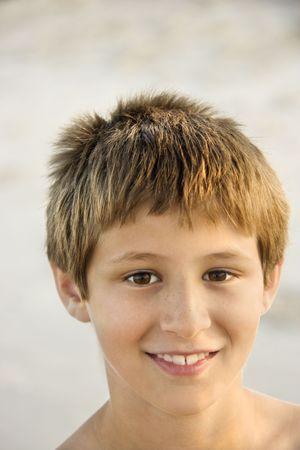 preteen boy: Portrait of smiling Caucasian pr�-ados gar�on sur la plage.