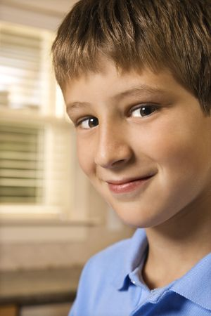 preteen boy: Portrait de race blanche pr�-adolescent gar�on.