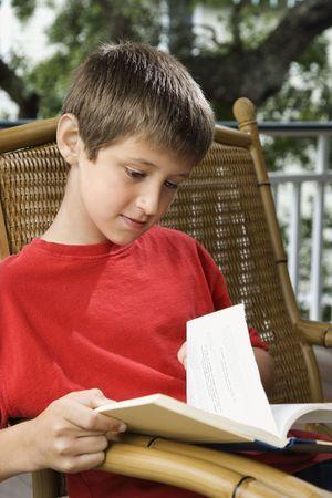 preteen boy: Du Caucase pr�-adolescent gar�on lecture du livre.  Banque d'images