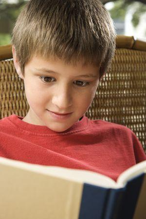 preteen boy: Caucasien pr�-ados gar�on de la lecture du livre.