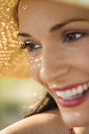 straw hat: Caucasica met� degli adulti di sesso femminile close-up indossando cappello di paglia.  Archivio Fotografico