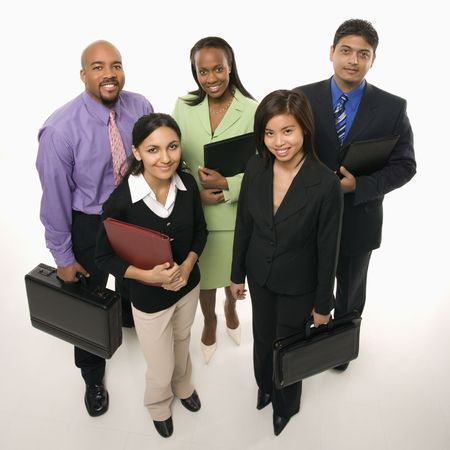business case: Portret van een multi-etnische groep staande houden aktetassen en kijken viewer. Stockfoto