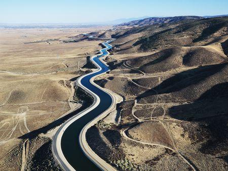 Vue aérienne de l'eau dans l'exercice aqueduc extérieur de Los Angeles, en Californie.
