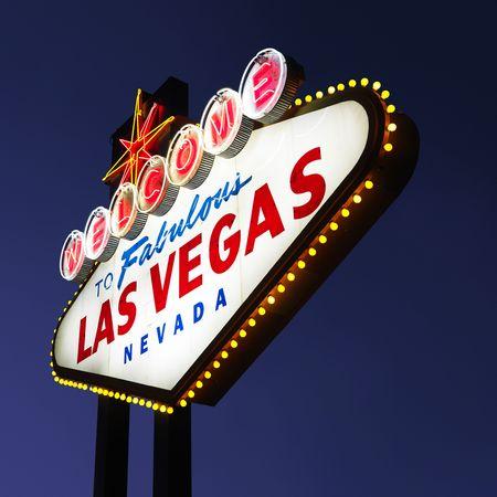welcome sign: Las Vegas lumineux signe avec ciel de la nuit.