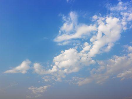 skyscape: Skyscape de cielo azul y nubes blancas esponjosas.