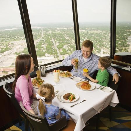 Caucásicos familia cenando juntos en el restaurante Torre de las Américas en San Antonio, Texas.