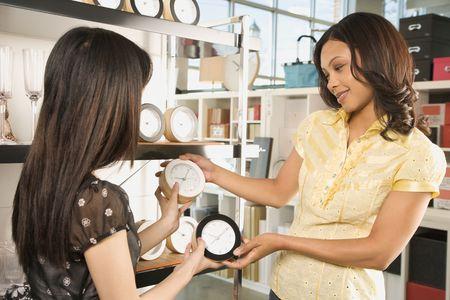소매 상점에서 시계를 쇼핑하는 아프리카 계 미국인 및 아시아 여성. 스톡 콘텐츠
