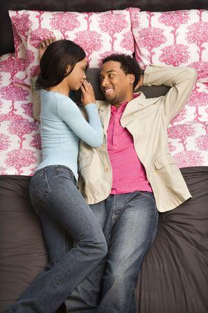 couple afro americain: African American couple portant sur un lit regarder les uns les autres.  Banque d'images