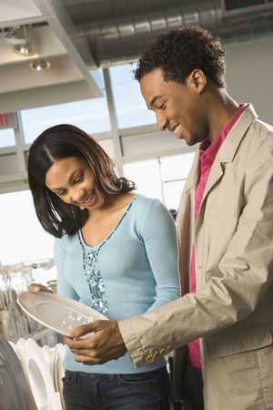 couple afro americain: African American couple shopping dans un magasin d'ameublement.