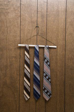 holzvert�felung: Drei Retro-Verbindungen h�ngt auf einem B�gel gegen Holz-Draht-Verkleidung.