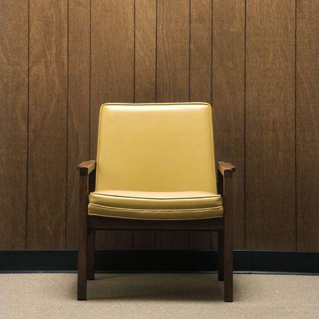 holzvert�felung: Retro Stuhl gegen Holz Verkleidung im Amt.