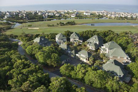 residential neighborhood: Opini�n a�rea la comunidad residencial en la isla principal calva, Carolina del Norte. Foto de archivo