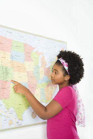 ragazza che indica: African American girl di puntamento sulla mappa degli Stati Uniti.  Archivio Fotografico