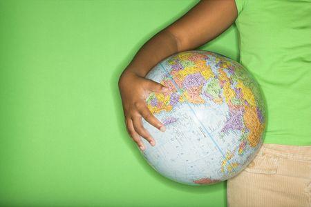 holding globe: Braccio di African American girl azienda al mondo hip.  Archivio Fotografico