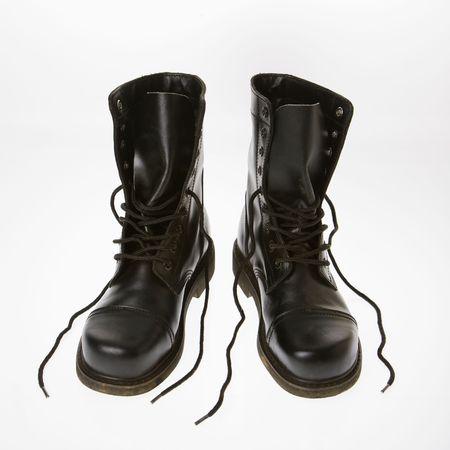 untied: Botas de cuero negro con cordones desvinculada.