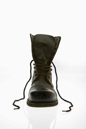 untied: Un negro de cuero de alta top botas con cordones desvinculada.  Foto de archivo
