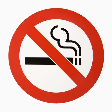 no fumar: Ninguna insignia que fuma contra el fondo blanco. Foto de archivo