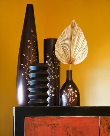 Stilleven van interieur met Aziatische vazen op dressoir.