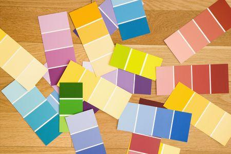 Muestras de pintura de colores desplegados sobre suelo de madera.  Foto de archivo - 2043654