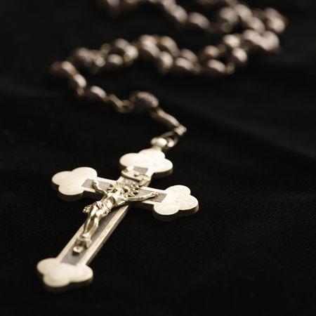 kruzifix: Christian Rosenkranz mit Perlen Kruzifix auf schwarzem Hintergrund.