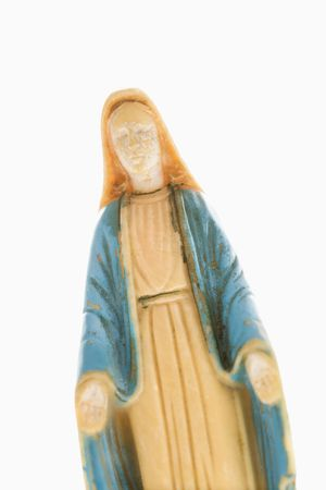 Estatua de Virgen María con las manos, celebrada en contra de fondo blanco.  Foto de archivo - 2043930
