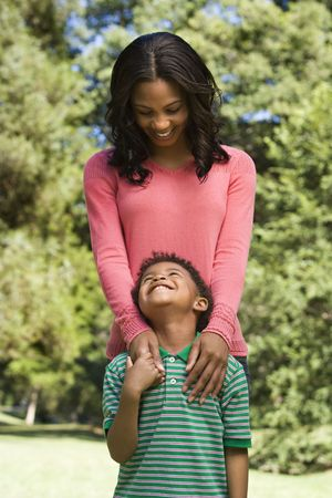 madre e hijo: Madre e hijo busca a s� sonriendo.