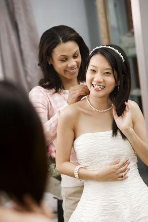 African-American amigo ayudando a cabo en Asia collar novia.  Foto de archivo - 2145657