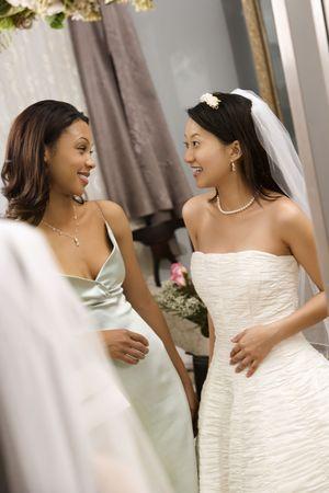 Novia de Asia y �frica y de Am�rica bridesmaid hablando el uno al otro.  Foto de archivo - 2145614