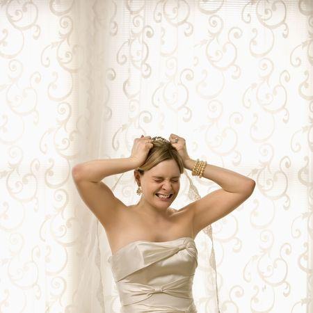 nerveux: Portrait de race blanche mari�e � tirer les cheveux et voile.