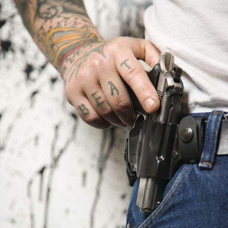 holster: Cauc�sicos tatuado hombre vestido funda con arma de fuego.