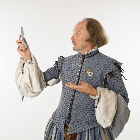 astonishment: William Shakespeare en el per�odo de ropa mirando tel�fono celular con asombro.