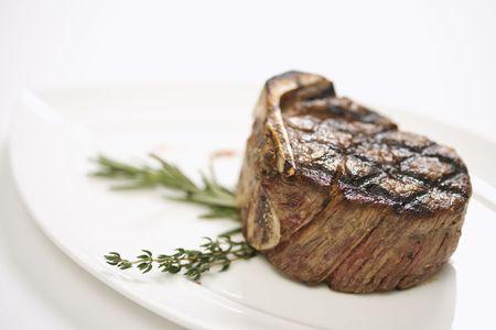 carne asada: Filete de carne de vaca asado a la parilla en la placa. Foto de archivo
