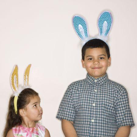 bunny ears: Hispanic chica busca chico hispano en tanto el uso de conejo orejas.