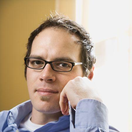 mid adult man: Mediados de adultos de raza cauc�sica hombre llevaba gafas y buscando a mano con el visor a cara.  Foto de archivo