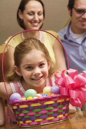 Caucásicos niña con la familia y la canasta de Pascua.  Foto de archivo - 2190213