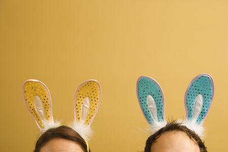 mid adult couple: Mediados de adultos de raza cauc�sica par llevar orejas de conejo.