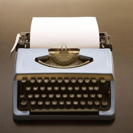 hoja en blanco: La naturaleza muerta de la hoja de papel en blanco en una antigua m�quina de escribir.