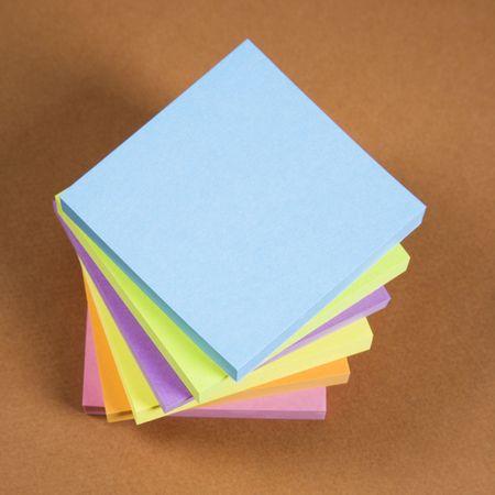 notas adhesivas: Pila de notas adhesivas de colores.
