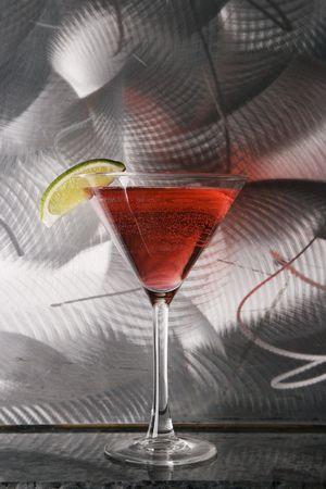 intoxicant: Still life di martini bere miscelato con frutta lampone agaisnt testurizzati metallico sfondo.  Archivio Fotografico